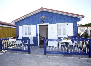 Frente de la cabaña azul